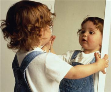 bebe-frente-al-espejo